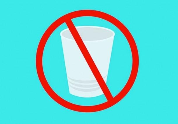 O Brasil produz cerca de 100 mil toneladas de copos plásticos por ano