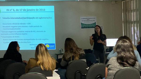 Dra. Daniela Dianese esteve a frente de uma das palestras do Curso de Habilitação de Médicos Veterinários no PNSE
